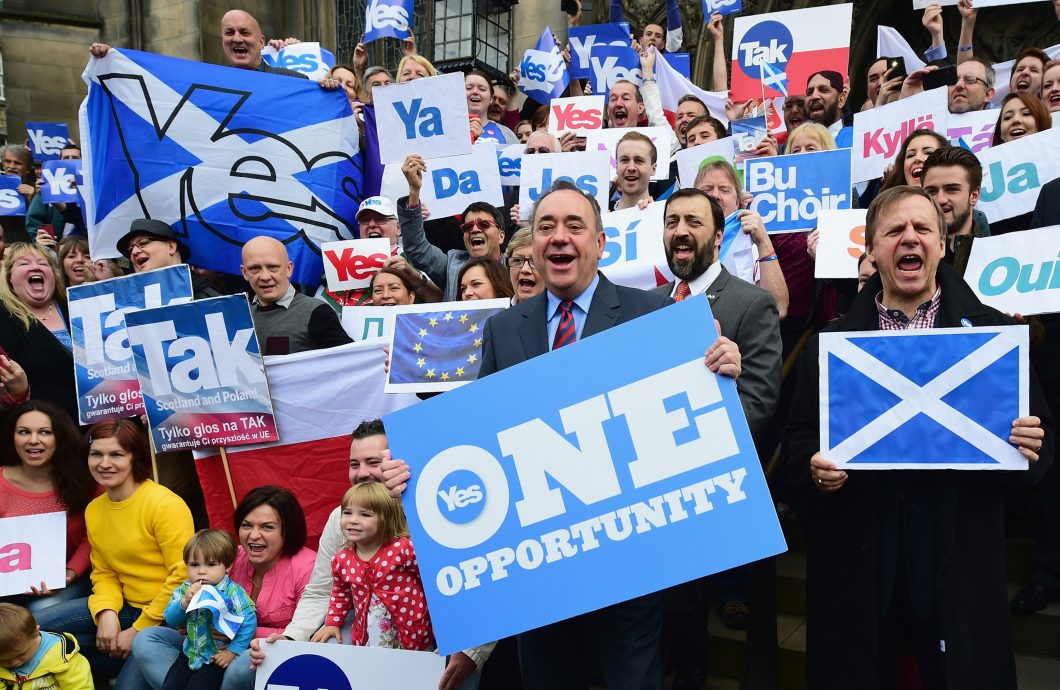 Yes And No Campaigns Take To The Streets Of Edinburgh And Glasgow