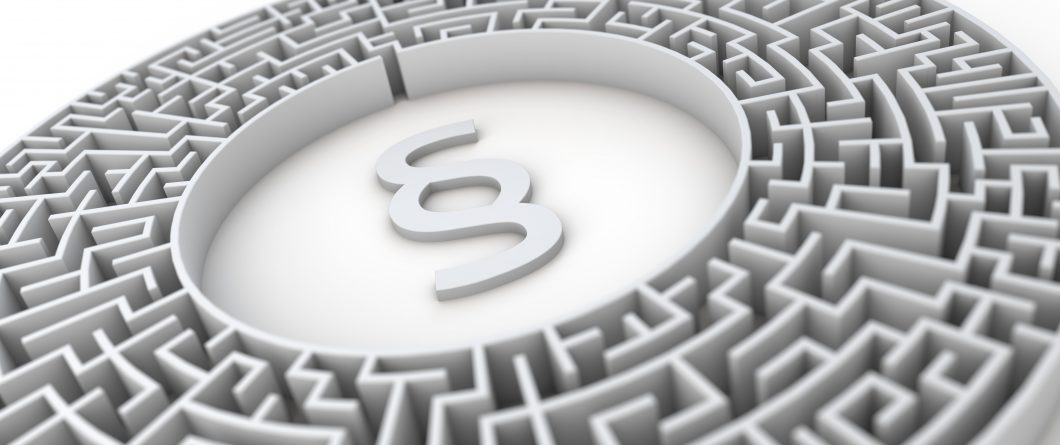 Paragraph in Labyrinth – Konzept Gesetze, Steuern, Finanzamt, Bürokratie