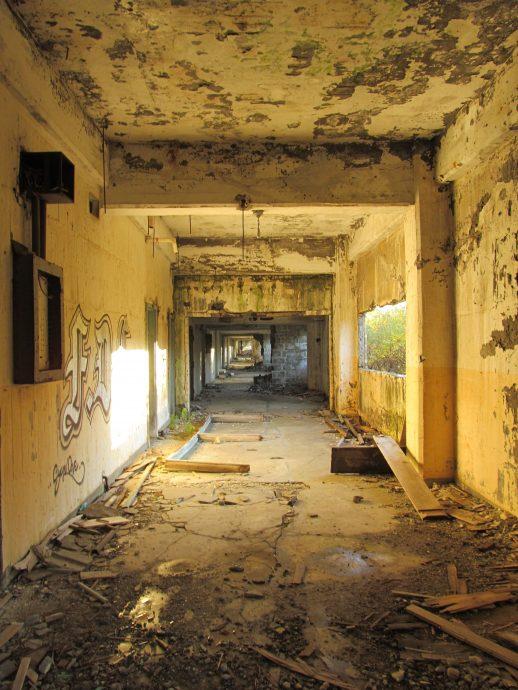 廃屋の廊下