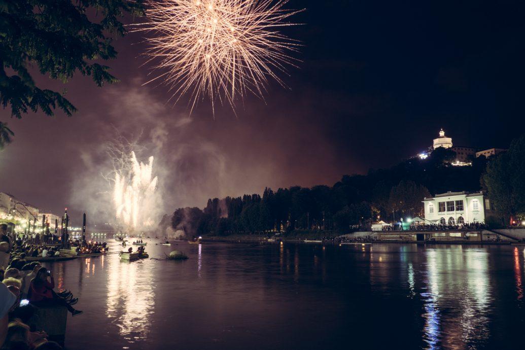 Fuochi d'artificio e spettacolo pirotecnico sul fiume