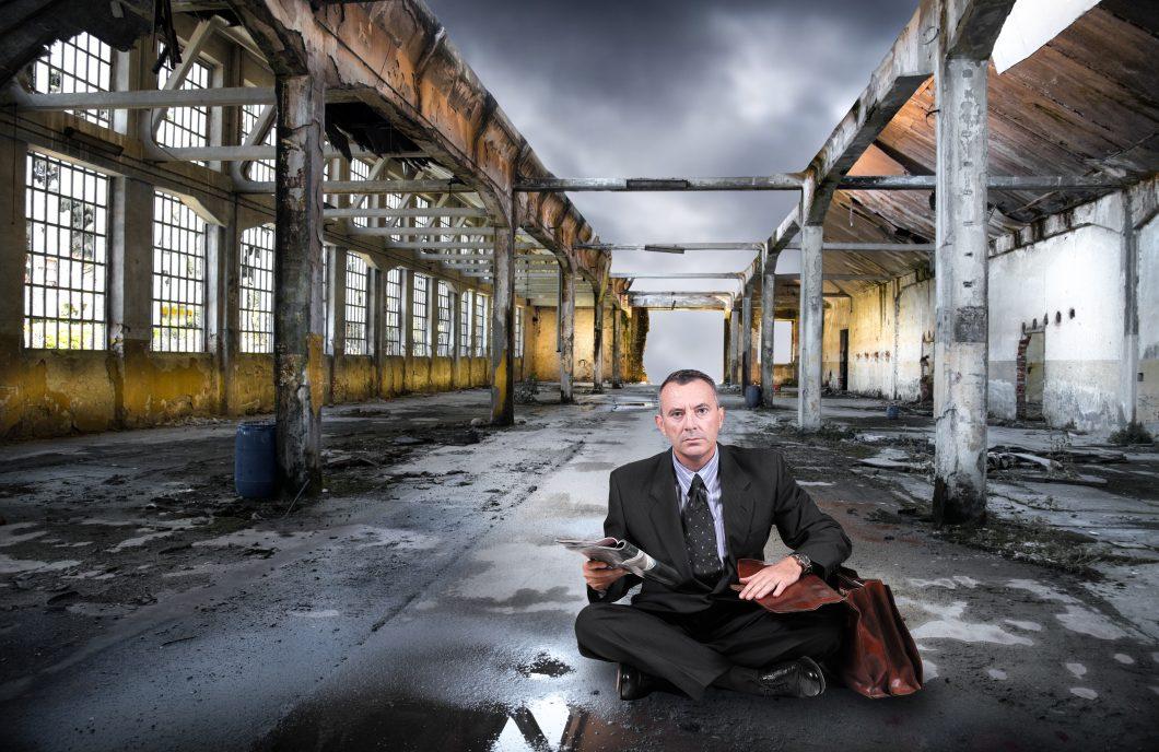 manager disoccupato in fabbrica abbandonata