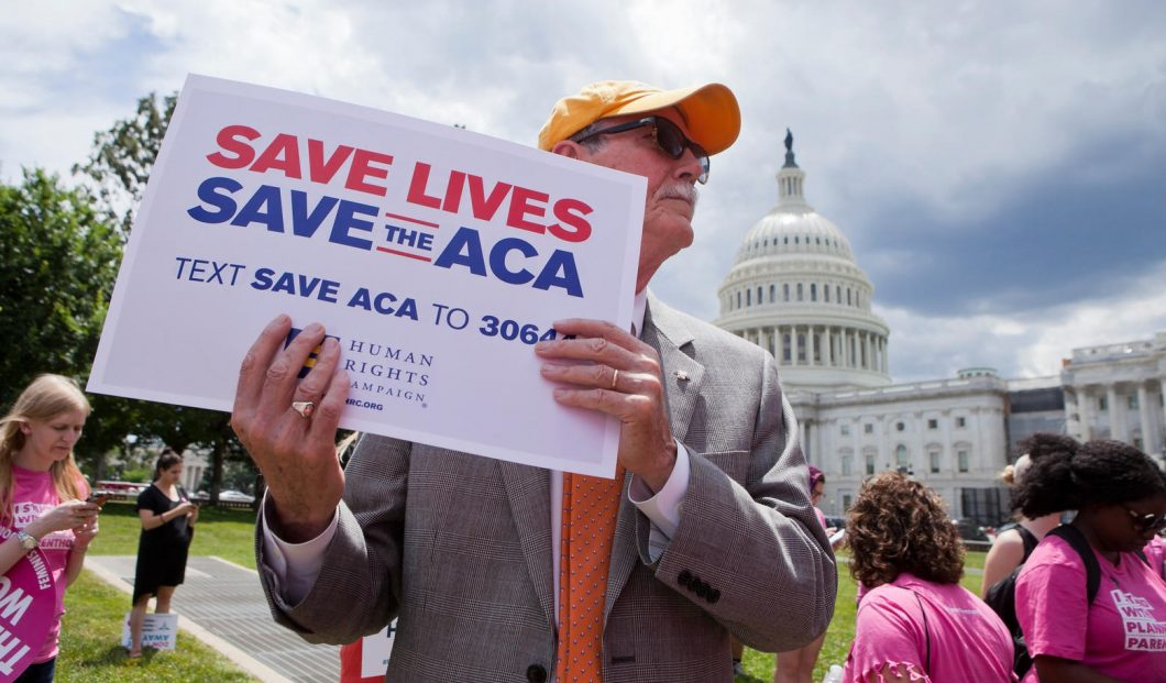 Washington, DC, USA. 27th June, 2017. Ahead of the US Senate AHCA vote (American Health Care Act), hundreds gather on capitol hill to protest Republican provisions related to women's healthcare, including many senators working to delay the vote on Trumpca