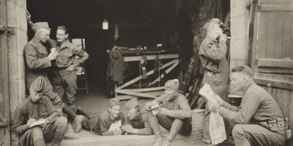 WWI soldiers reading